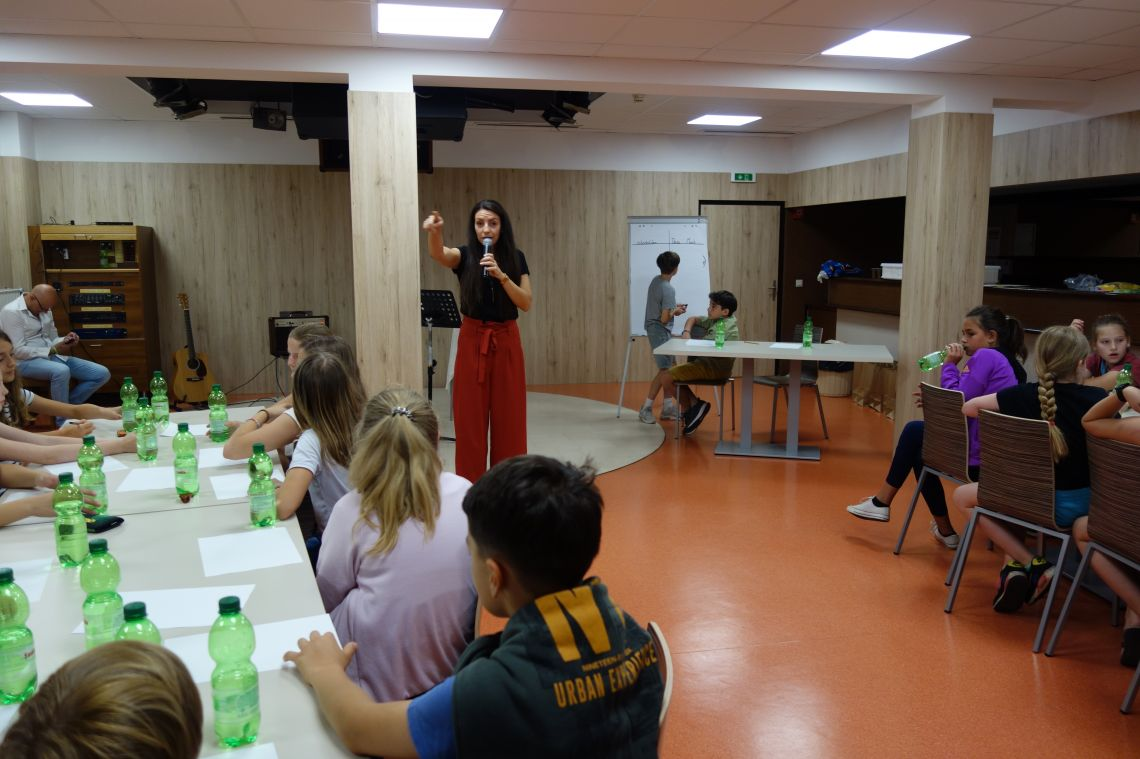 Amina Majetič s skupimo dijakinj in dijakov - Amina Majetič beim Quiz