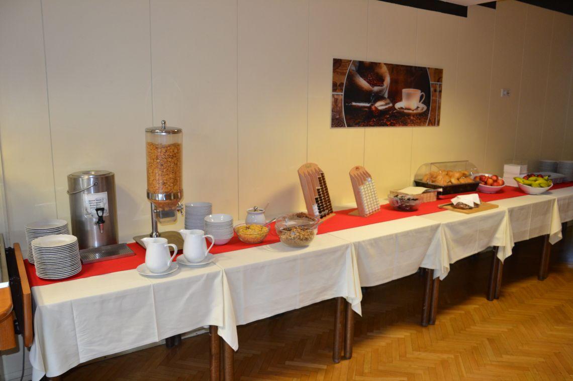Frühstücksbuffet für Gäste in den Sommerferien