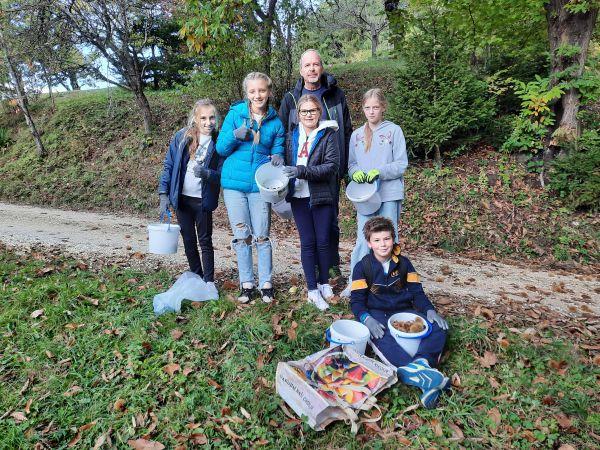 Nabiranje kostanja na Komlju in kostanjev piknik