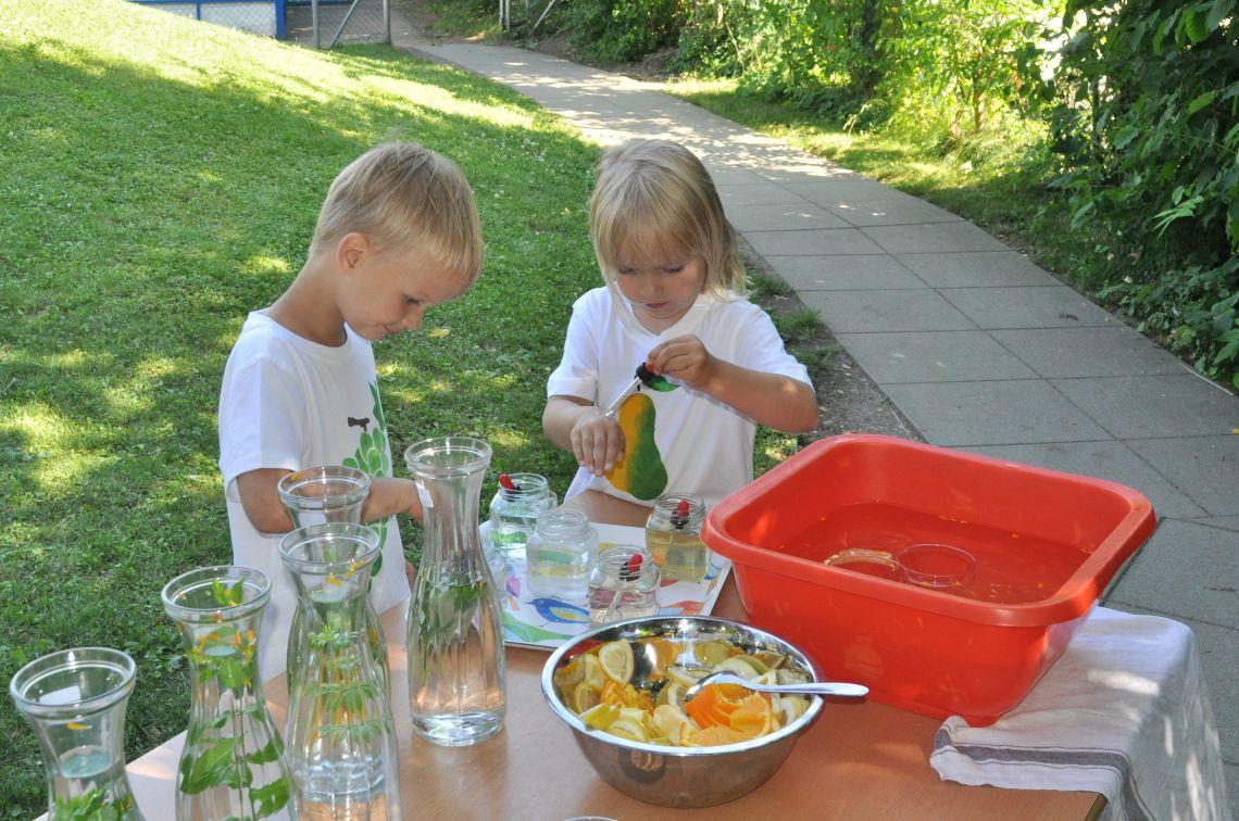 Sommerfest - Kräutersaftproduktion