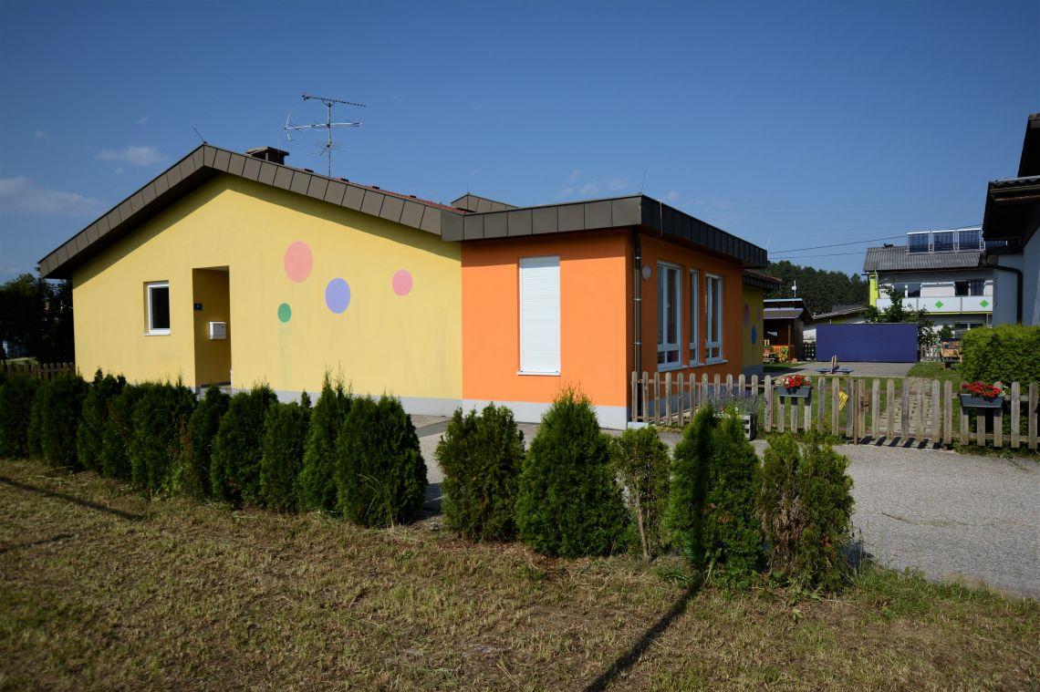 Blick auf den Kindergarten von der Nachbarwiese
