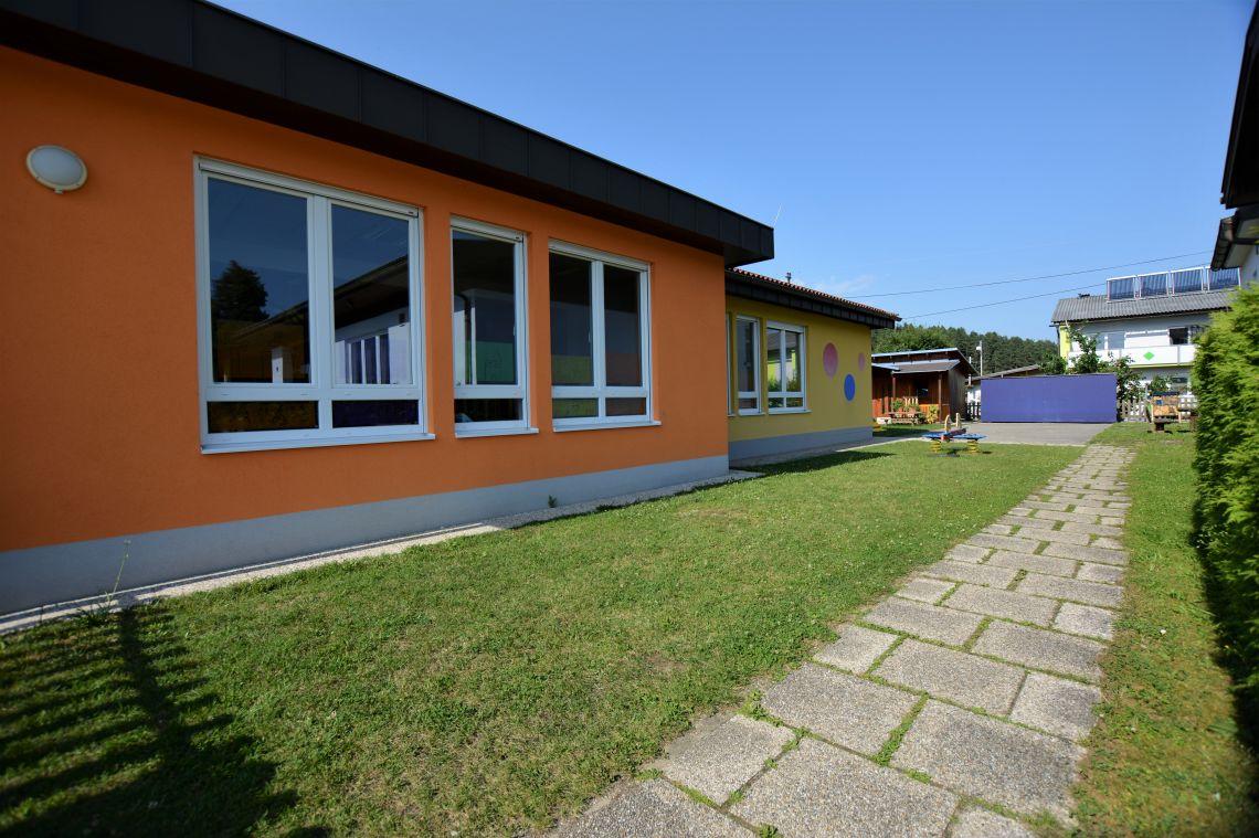 Blick auf den Kindergarten vom Eingang