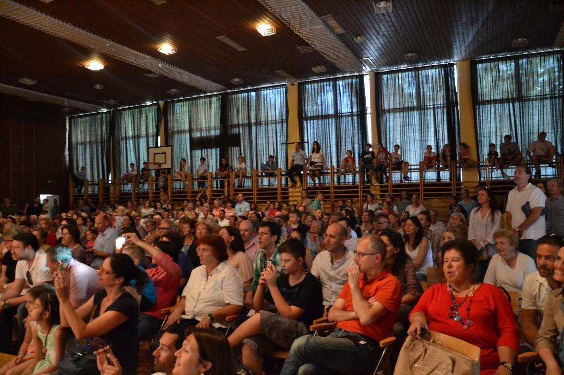 Ein Blick in das Publikum im Turnsaal
