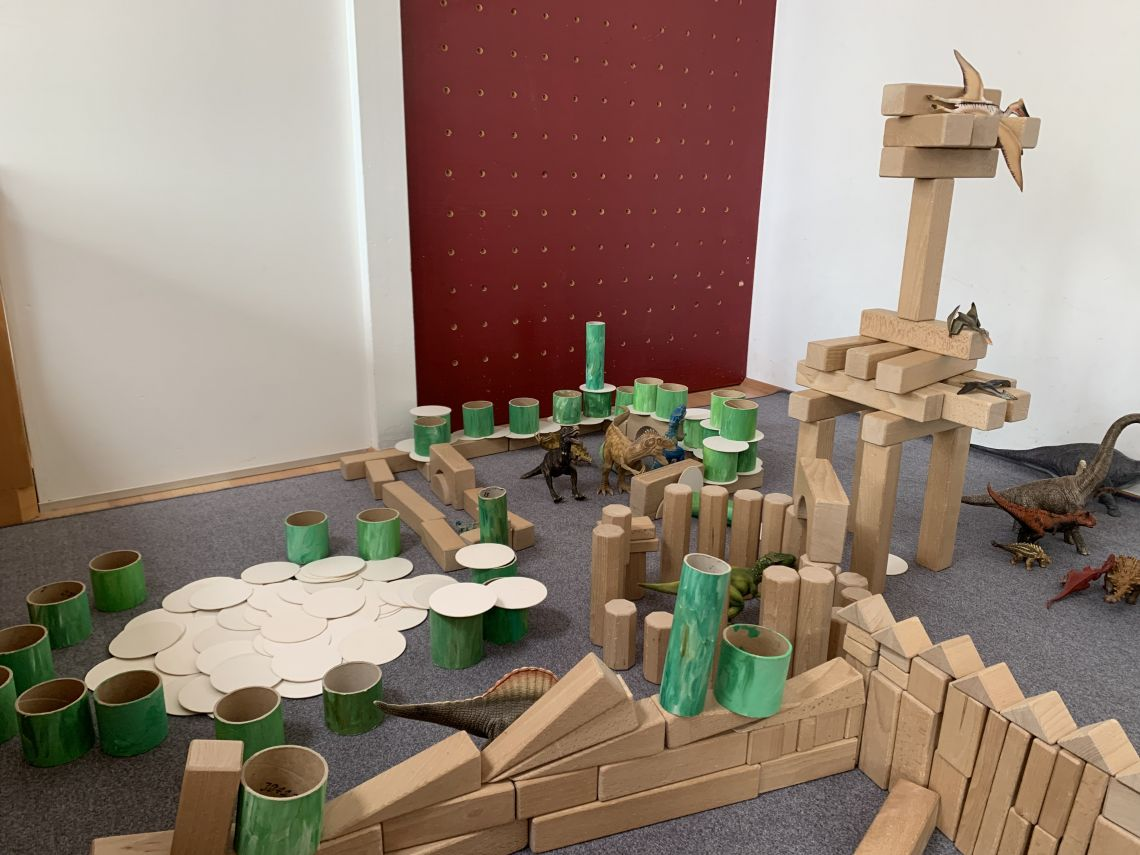 Igralni kotiček z razstavljenimi dinozavri