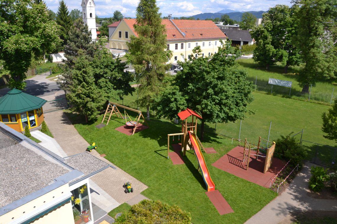 Spielplatz mit Kleinfußballplatz im Hindergrund